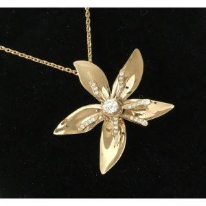 Prívesok s diamantom - kvet