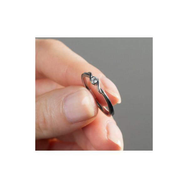 Jemný zásnubný prsteň s diamantom 0.10 ct, biele zlato