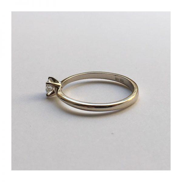 Jemný zásnubný prsteň s diamantom 0.30 ct